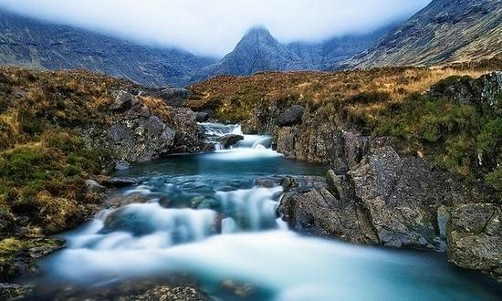 skye adasındaki fairy pools iskoçya